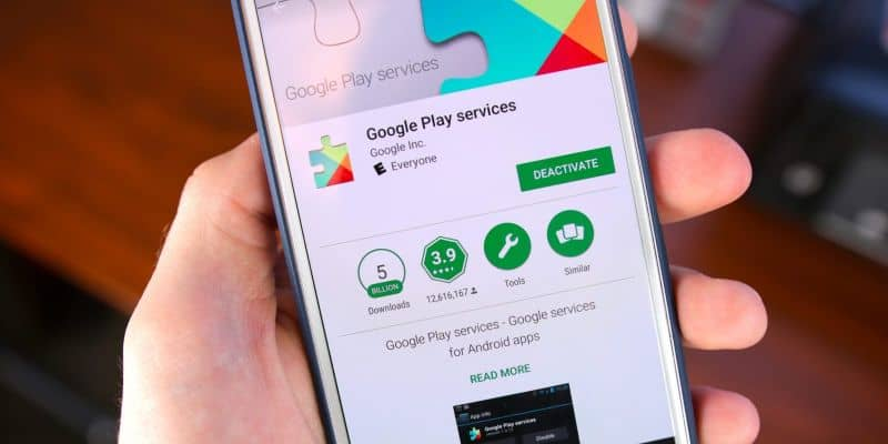 Celular em mãos para atualizar a Google Play Store
