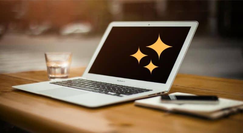 Laptop branco, tela de estrelas