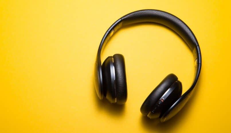 auriculares fondo mostaza