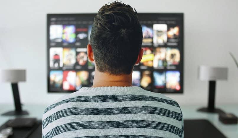 homem assiste tv
