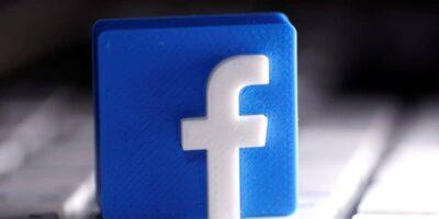 mesa de madeira logotipo do Facebook