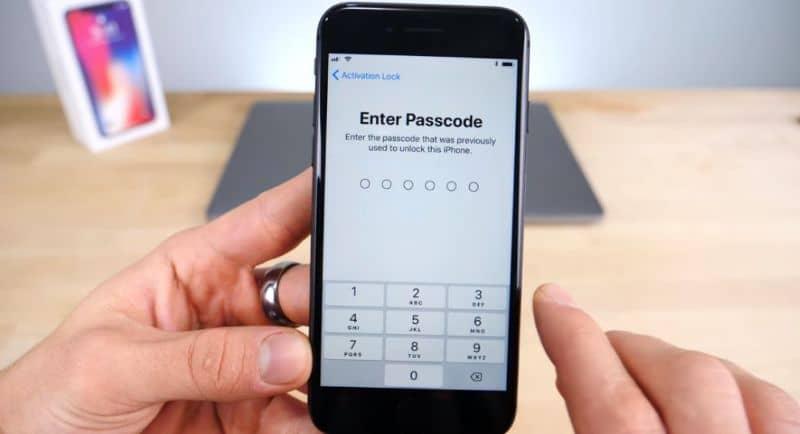 Celular preto na mão com iCloud Digite a senha