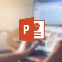 logotipo do powerpoint desfocado fundo de pessoa dirigindo tablet