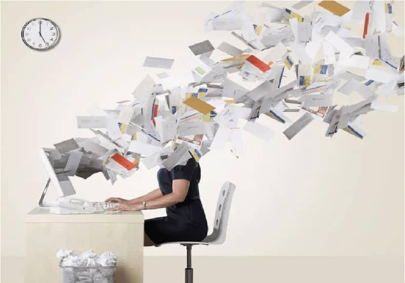persona su pc e tante email che escono dallo schermo