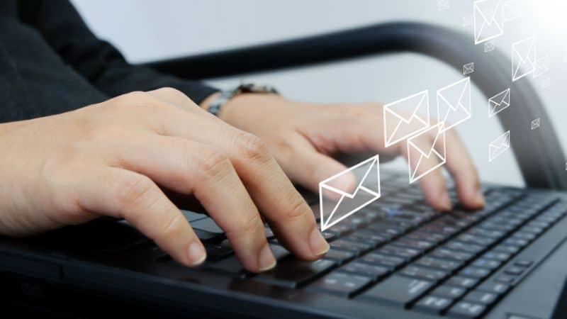 pessoa escrevendo um e-mail no laptop