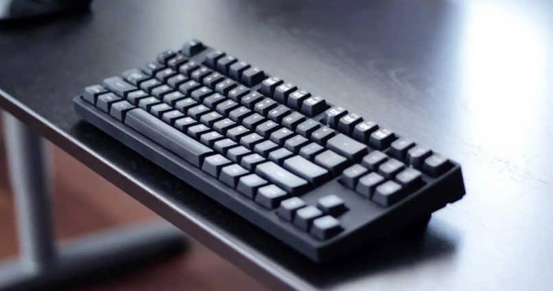 mesa de teclado escuro