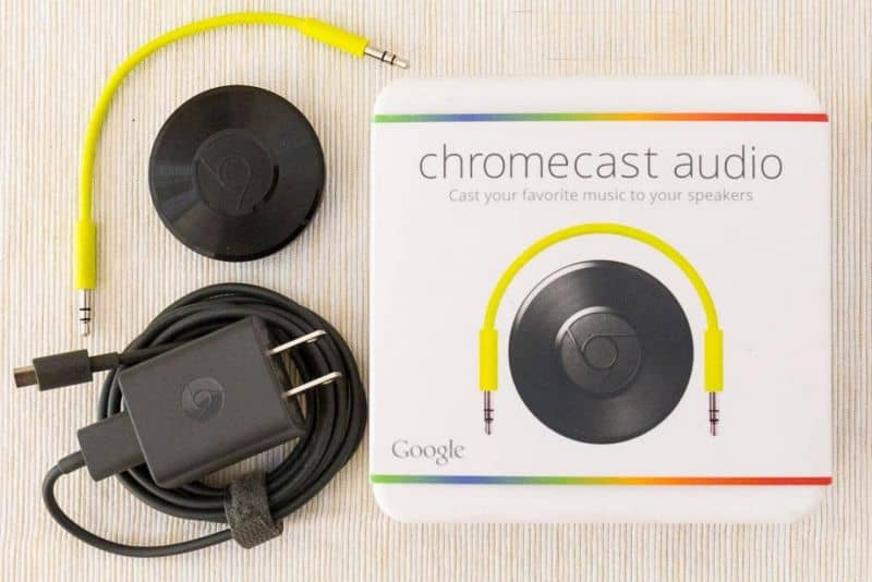 Caixa Chromecast Audio em mesa de madeira
