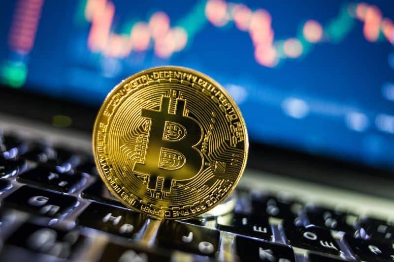 Bitcoin en teclado de laptop