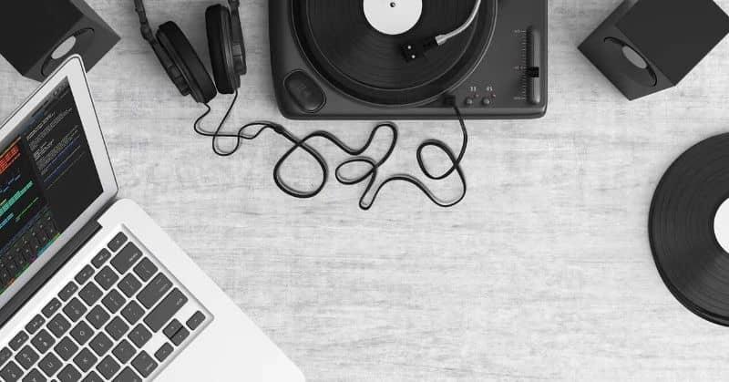 Sistema de áudio com laptop na mesa