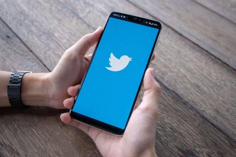 dedo para celular app mesa madeira twitter