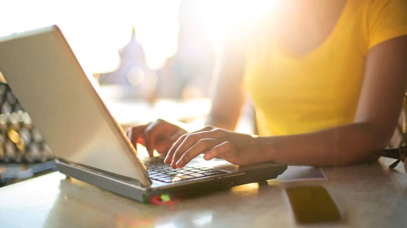 mulher digitando laptop