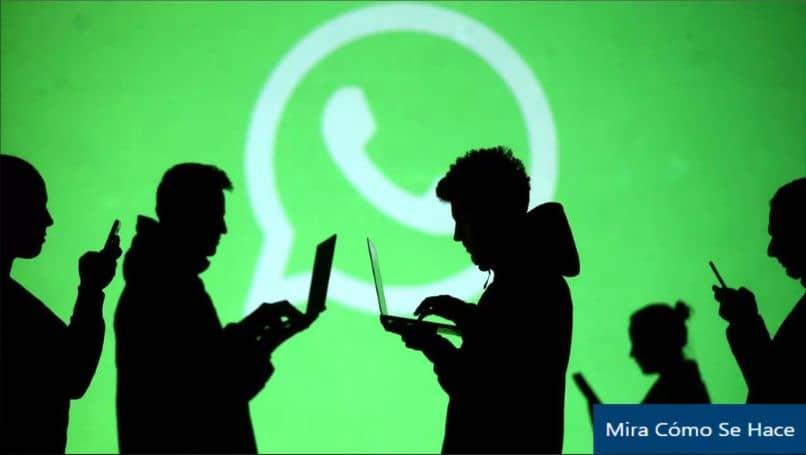 silhueta pessoas laptop Whatsapp telefone fundo verde