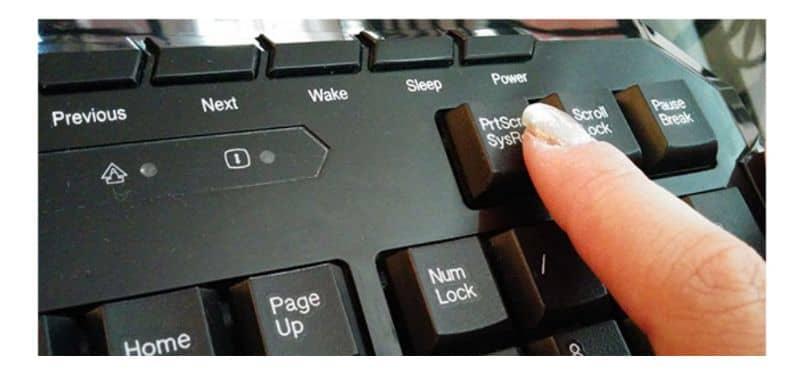 Captura de tela do teclado, dedo feminino