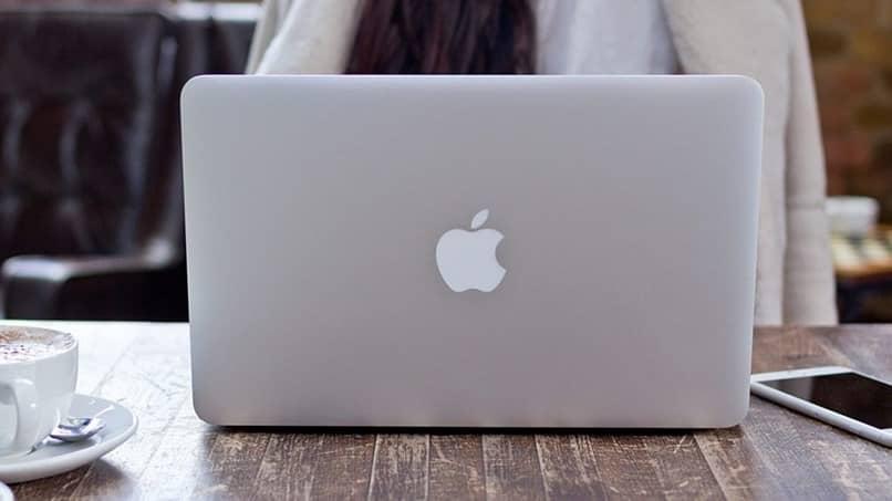 mulher computador mac