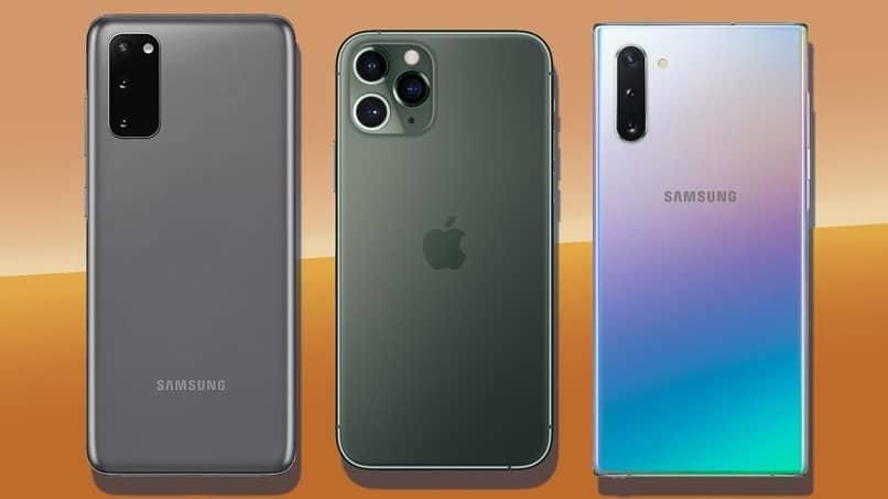 três dispositivos móveis