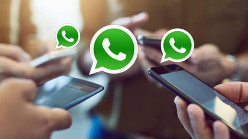 telefones celulares logo Whatsapp fora de foco